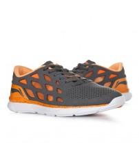 Fashionable sports shoes brown / orange